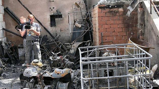 V bývalé kotelně v Blatné uhořeli dva lidé. Čtyři stačili utéct.