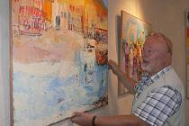 Miroslav Konrád při instalaci výstavy Obrázky z Francie