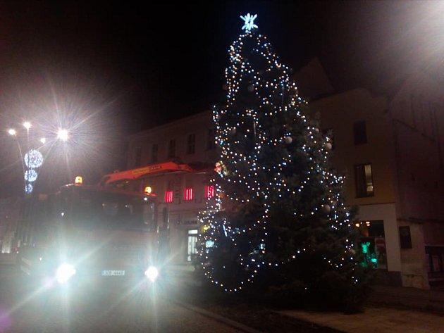 Vánoční strom ve Strakonicích se nebezpečně naklonil.