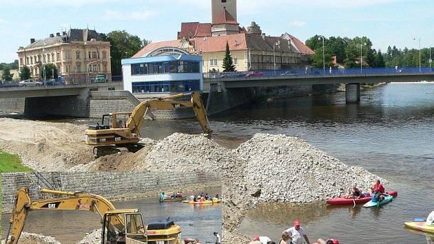 Bagrování na soutoku Otavy a Volyňky ve Strakonicích.