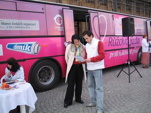 Růžový autobus bude propagovat boj proti rakovině bude dnes na Velkém náměstí ve Strakonicích.