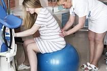 Nejen ženy po porodu trápí rozestup břišních svalů.