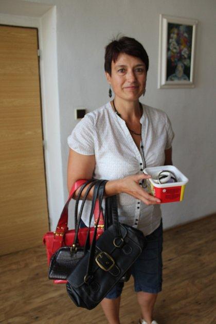 Jana Kozáková ze Strakonic přinesla  do redakce tři kabelky a krabičku bižuterie