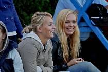 Veronika Bartůňková (vlevo) se stala nejlepší hráčkou turnaje, v tabulce střelkyň skončila druhá. Vpravo sedí další z opor týmu, Karolína Faměrová.
