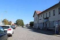 Od pondělí 12. února je do konce listopadu uzavřena kvůli výstavbě přednádražního prostoru komunikace kolem nádraží ČD.