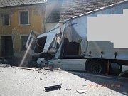 Tragicky skončil střet osobního vozidla s kamionem u Volyně v pondělí 30. dubna. Na místě nehody zemřely dvě osoby, třetí byla s vážnými zraněními letecky transportována do nemocnice.