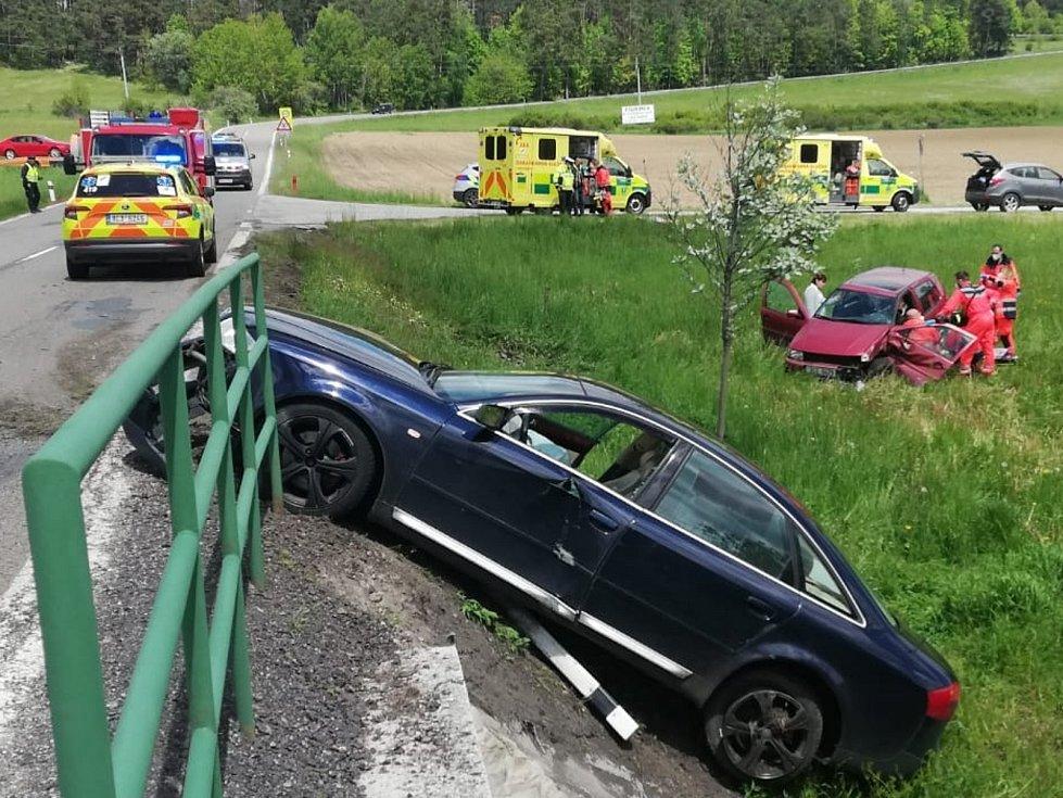 Mezi obcemi Malenice a Zlešice na Strakonicku se střetla dvě osobní auta.