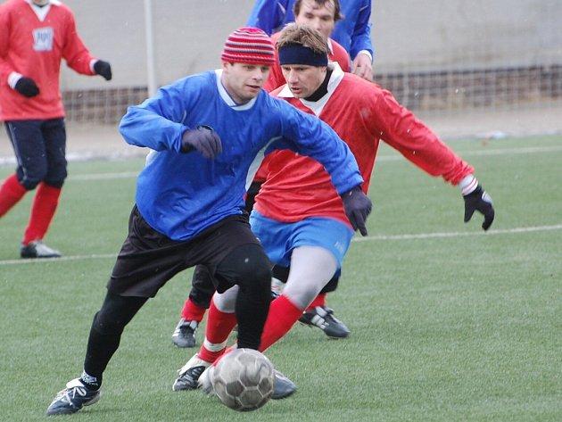 Štěpán Brynda (vlevo) se dvěma góly podílel na výhře Blatné nad Milínem 3:2.
