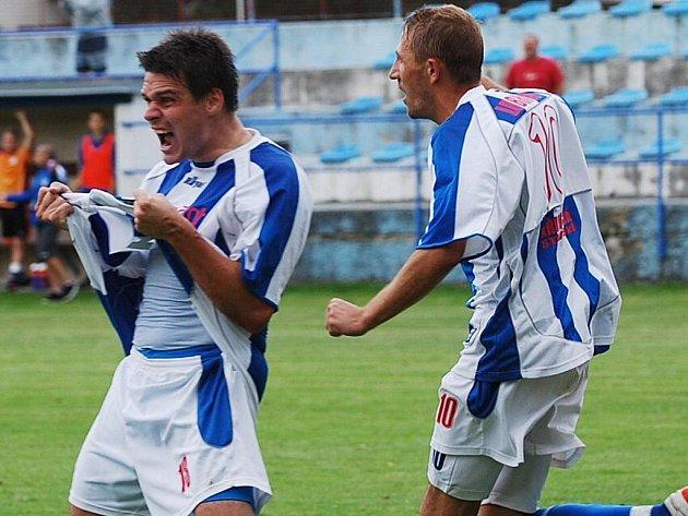 Strakoničtí fotbalisté se mohli radovat ve všech třech dosavadních divizních zápasech, jsou stoprocentně úspěšní. Zleva se radují Václav Janů  a Patrik Káník (oba dali zatím dva góly).