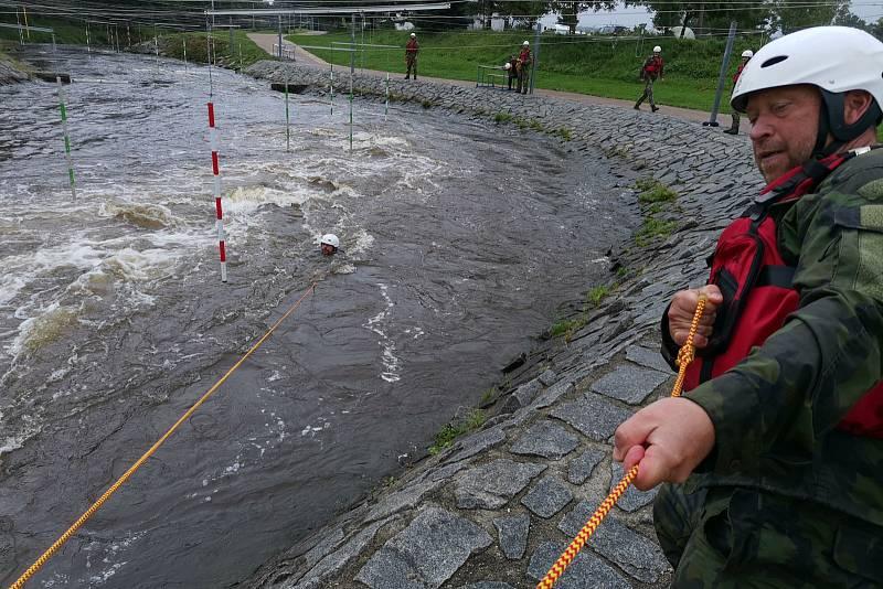 Na vodním kanále v Českém Vrbném nacvičovali záchranu tonoucího.