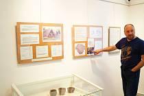 V pátek 22. března pokračovala putovní výstava exponátů v městské galerii a je malým příspěvkem k velkému výročí 1500 let od příchodu prvních Slovanů na naše území, ke kterému došlo snad již někdy v druhém či třetím desetiletí 6. století našeho letopočtu.
