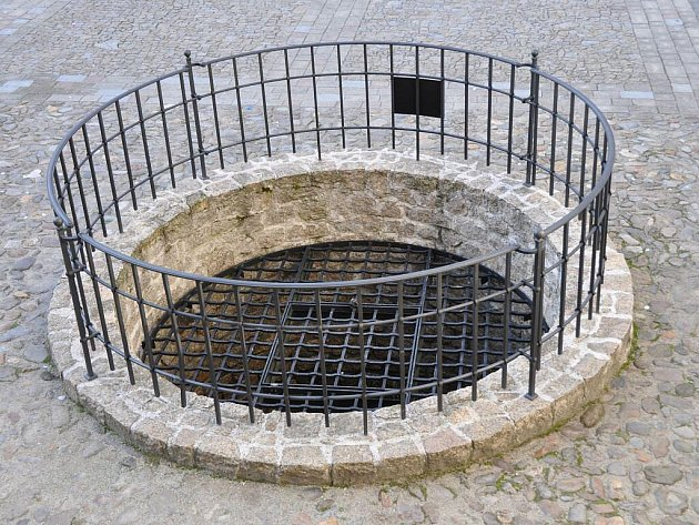 Hradní studna je napájena z řeky Otavy.