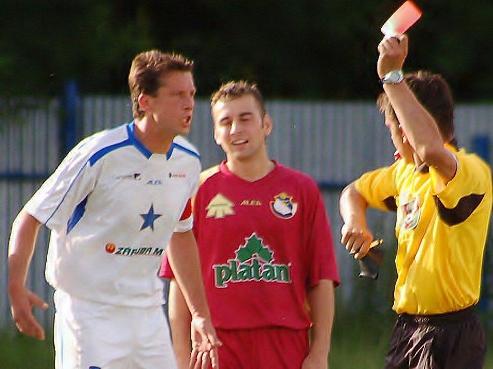 Kapitán Vodňan Radek Varyš (vlevo) dostává červenou kartu