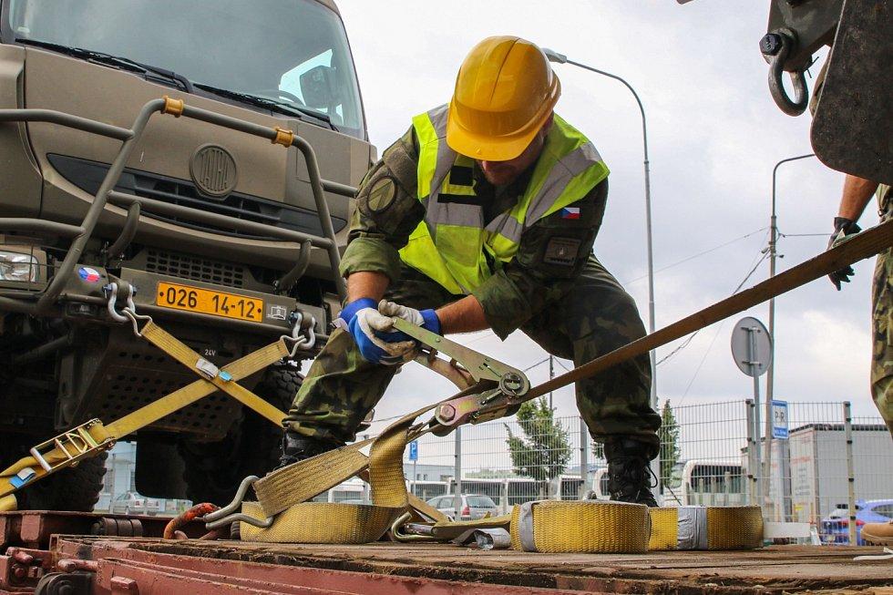 Před železničním převozem museli vojáci zajistit techniku pomocí upevňovacích popruhů.
