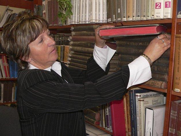 Hana Čakrtová při otevření knihovny