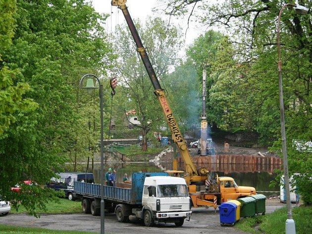 Stavba lávky přes řeku Otavu začíná.