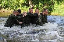 Vojáci absolvovali výcvik ve vodě.