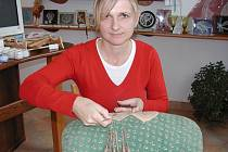 Martina Srbová při výrobě krajky.