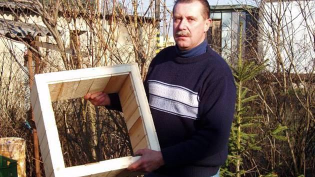 """Vodňany - Miloslav Scherling včelaří již více než 25 let. """"Včelařil můj dědeček i tchán, připadá mi přirozené, mít včely,"""" říká včelař."""