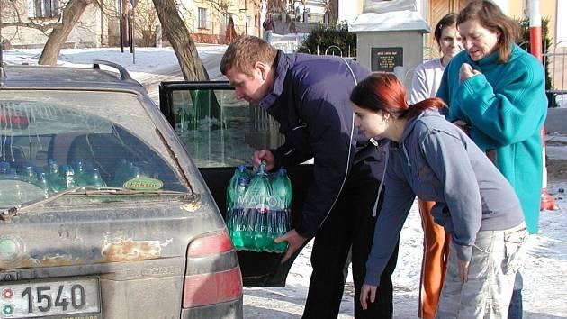 Pracovníci společnosti Karlovarské minerální vody rozdávali v úterý na návsi ve Slaníku balenou vodu.