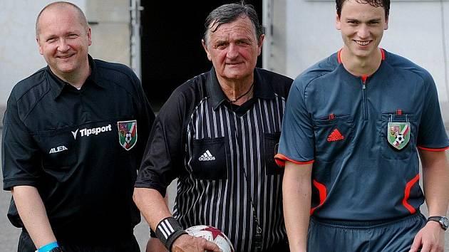 Jiří Stiegler (uprostřed) jako hlavní, Juraj Stiegler (vpravo) jako asistent na čáře.  Spolu řídili  fotbalové utkání  vůbec poprvé.