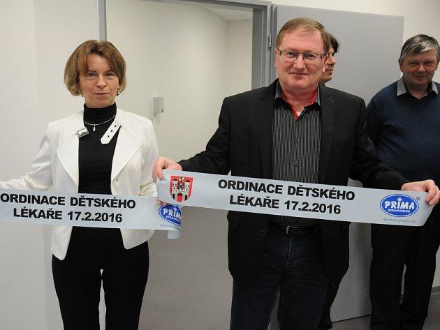 Lékařka Anna Kubíncová  a starosta Václav Valhoda.