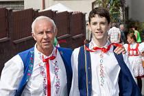 Rychtář Josef Jůzek s vnukem.