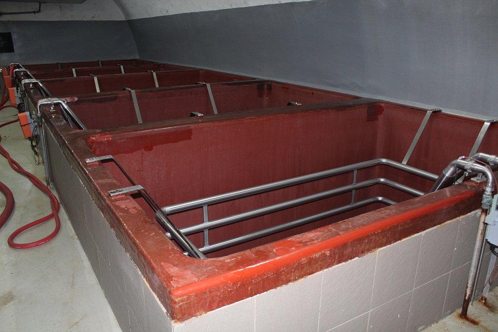 Prázdné kvasné kádě na spilce byl častý obrázek. Díky koronavirovým omezením vařil Dudák o třetinu méně piva než běžně během zimních měsíců.