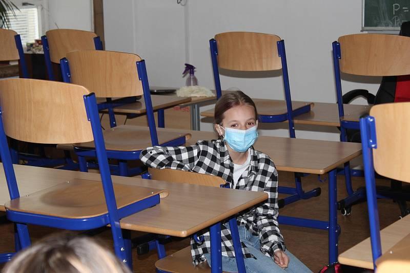 Pondělí 12. dubna 2021 kolem půl osmé ráno. Do tříd prvního stupně ZŠ Dukelská Strakonice míří 250 dětí a jejich učitelé.