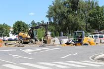 Do září má být dokončena první polovina křižovatky ve směru k městu.