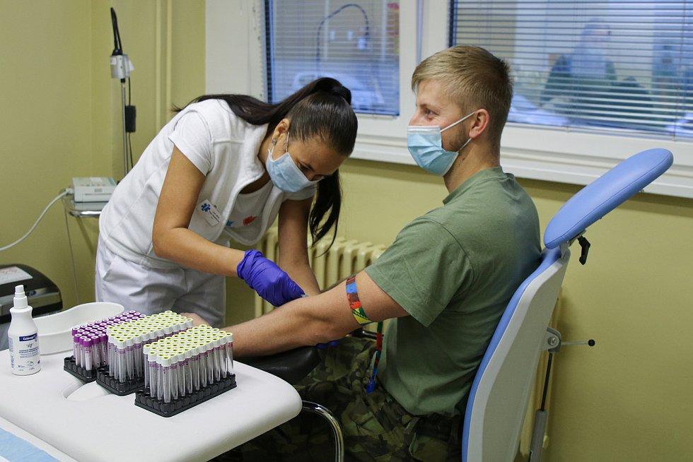 První část strakonických vojáků, jež prodělala onemocnění Covid-19, podstoupila ve čtvrtek 12. listopadu odběr krve.