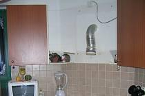 Místo, odkud spadla kuchyňská skříňka.