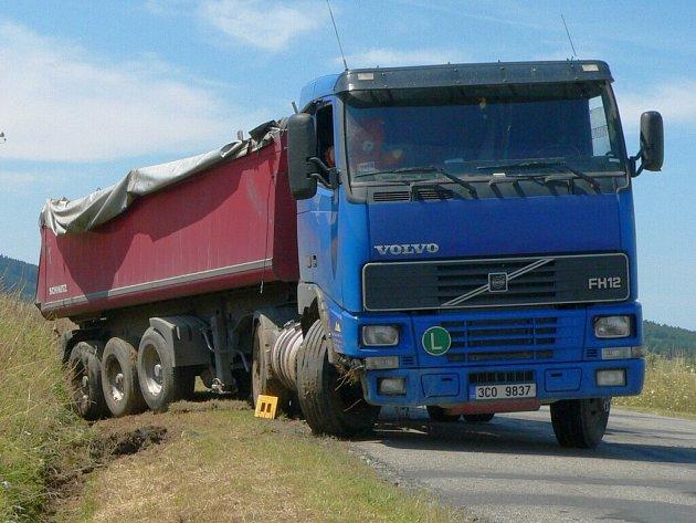 Kamion sjel ze silnice
