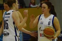 Rozehrávačka Diana Beňušková (vpravo) byla vyhlášena nejlepší hráčkou Strakonic v utkání proti VŠE Praha. Dala 13 bodů, ve třetí čtvrtině zaznamenala tři trojky.