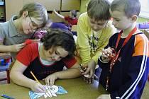 Děti ze školní družiny Základní školy T.G. Masaryka v Blatné vyráběly dárky pro předškoláky.