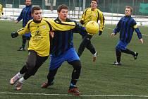 Snímek je ze zápasu Střelské Hoštice – Březnice 0:3. Vlevo je Michal Kokrda (B), vpravo Tomáš Vácha (SH).