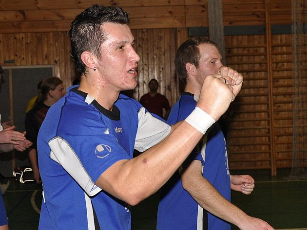 Futsalisté Mladějovic porazili Kalich 3:2. Raduje se Petr Hovorka, autor jedné trefy.