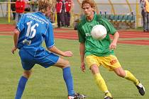 V podzimní části se ze zisku tří bodů radovaly Prachatice, tým od Otavy doma porazily 2:1. Vítězný gól vstřelil Frnoch (na snímku vpravo, vlevo je obránce Tomáš Hajdušek). Strakoničtí mají soupeři co oplácet.