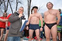 Klub zimního plavání TJ Fezko Strakonice letos pořádal již 8. ročník novoročního plavání.Otužilce přišly podpořit stovky diváků.