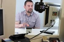 Focení na pasovou fotografii obnáší o otisk prstu. Na snímku Radek Trča ze Strakonic.