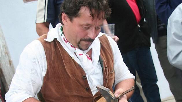 Miroslav Šobr z Tažovic se před lety zamiloval do historie a jejího zkoumání. Můžete ho tedy potkat i na mlýně v Hoslovicích při různých staročeských akcích.