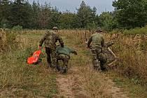 Ani jedna strana se zpravidla nezná. Záchranný tým proto nejedná s vojáky takzvaně v rukavičkách.