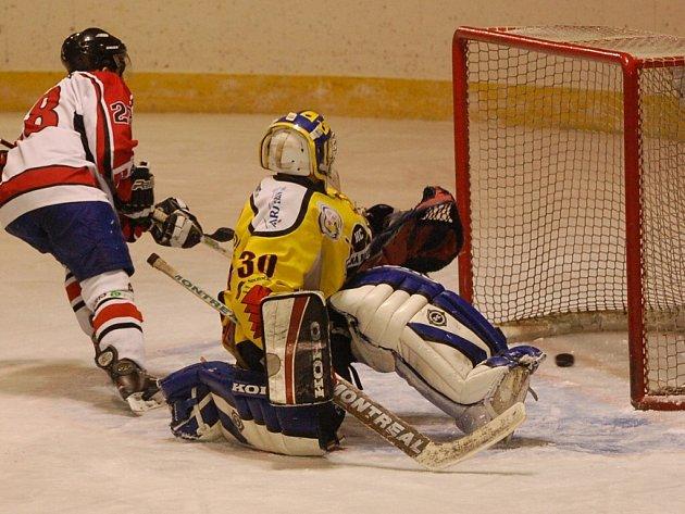 Strakoničtí hokejisté nasázeli Velké Radouni v prvním utkání čtvrtfinále play off doma šest gólů a vyhráli 6:2.