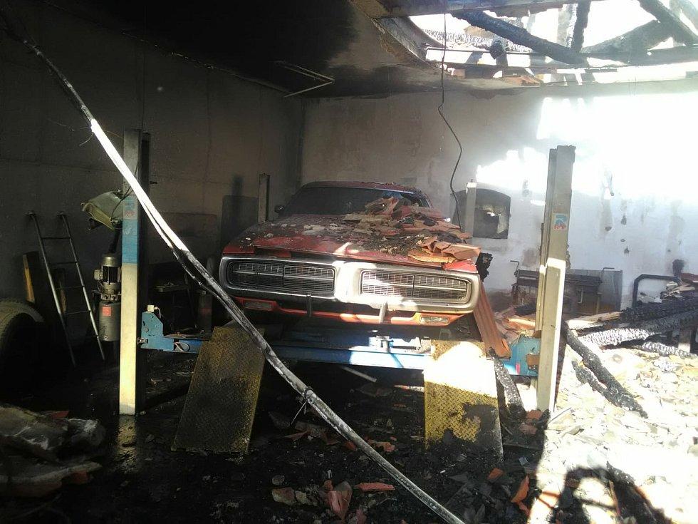Požár střechy zemědělského stavení v Rovné na Strakonicku jde do milionů.