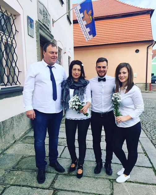 """Svatbu vtermínu 30.dubna  zažili Věra Maříková a Roman Říha. Za  svědky """"opakovaným"""" novomanželům šli dcera Aneta a synovec Michal, kteří na první svatbě byli také přítomni, ale prozatím jen se svými maminkami."""