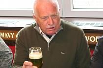 Bývalý prezident Václav Klaus na Zelený čtvrtek navštívil strakonický pivovar, kde ochutnal speciální zelené pivo.