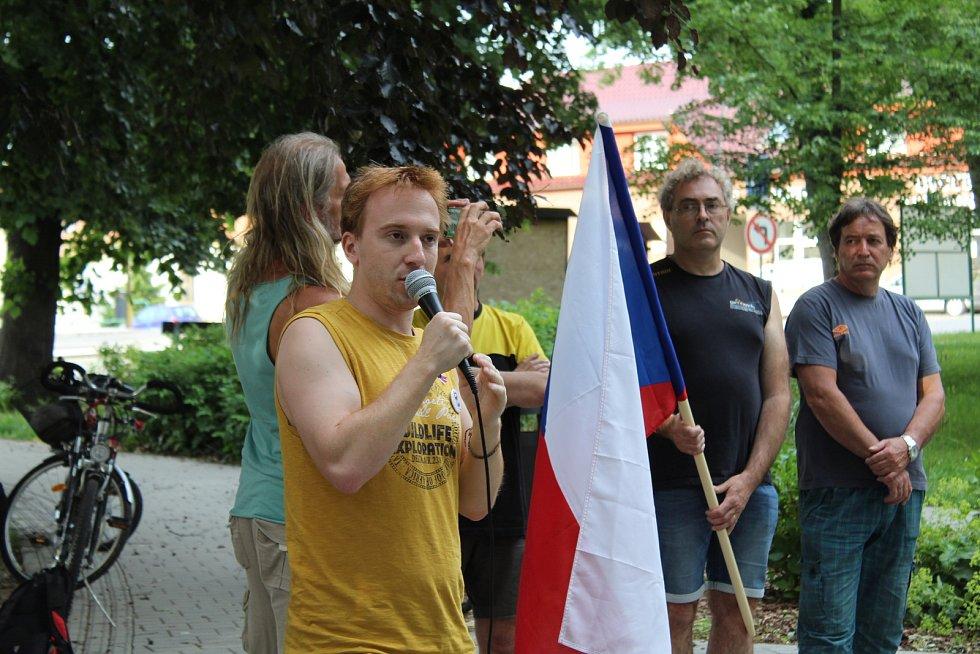 Na demonstraci spolku Milion chvilek pro demokracii ve Vodňanech promluvil v úterý 11. června i zakladatel a hlavní postava tohoto spolku Mikuláš Minář.