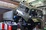 Při opravách nákladních vozidel uplatňují zkušenosti, které získali v kopřivnické automobilce TATRA.