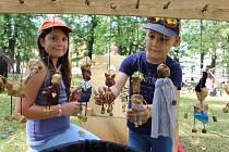 Při výtvarných dílnách Design market ve Strakonicích si mohli děti i dospělí vyzkoušet výrobu šperků, zdobení lízátek nebo třeba drátkování.
