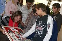 Erb děti předaly starostce města Lence Nestřebové.
